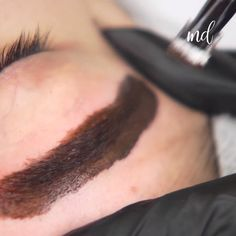 Behind every great beauty, there are GREAT BROWS! L'ensemble des sourcils naturels, pleins et subtilement Mircoblading Eyebrows, Eyebrows Goals, Eyeliner, Eyebrow Makeup Tips, Permanent Makeup Eyebrows, Beauty Makeup, Eyebrow Design, Dark Skin Makeup, Makeup Eyes
