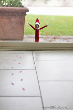little footprints to help kids find the Elf