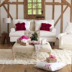 rosa-rote-Blumenkissen-weißes-Wohnzimmer