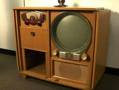 Vintage 1950 Zenith Console Television, Radio and Record Player not shown in the cabinet under the Radio. Vintage Tv, Vintage Records, Vintage Antiques, Vintage Items, Vintage Stuff, Vintage Television, Television Set, Television Console, Console Tv