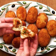 Diese kleinen leckeren frittierten Reisbällchen sind eine Spezialität der sizilianischen Küche die durch ihre Form und Farbe an kleine Orangen erinnert.