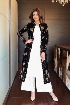 True to her feminine appeal, Shilpa Shetty looks perfect as ever in this exclusive Mughal- inspired Pishtaq Kurta set by AMPM. The plain ivory kurta and palazz Pakistani Dresses, Indian Dresses, Indian Outfits, Pakistani Suits, Kurti Designs Party Wear, Kurta Designs, Indian Attire, Indian Wear, Indian Designer Outfits