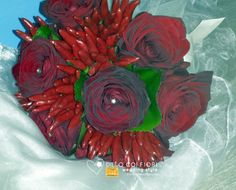 Bouquet Rosso con rose Red Naomi e Peperoncini Bunch Of Flowers, Hotel Wedding, Red Roses, Chili, Bouquet, Chile, Bouquet Of Flowers, Bouquet Of Flowers, Bouquets