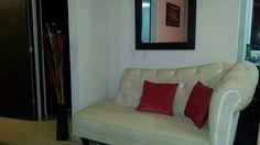 Love seat en textil velvet hueso.