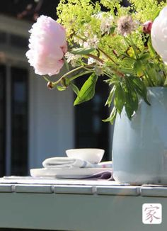 Deze Manya vaas van gekleurd glas straalt helemaal! Mooi met een zomers boeket, zo uit je tuin.