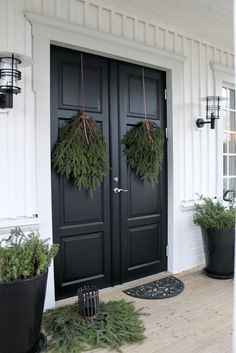 decoration ideas front doors 25 Fabulous Farmhouse Front Door Design And Decor Ideas Black Front Doors, Double Front Doors, Front Door Design, Front Door Decor, Farmhouse Front, Farmhouse Decor, Farmhouse Style, Porch Appeal, White Wicker Furniture