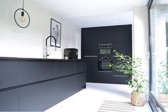 Kitchen backsplash tile with dark cabinets interior design Ideas Kitchen Tile Diy, Kitchen Wall Cabinets, Kitchen Dinning Room, Kitchen Cabinet Styles, Kitchen Units, Kitchen Decor, Dark Cabinets, Modern Farmhouse Kitchens, Black Kitchens