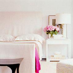 Une chambre tout en blanc et rose // Pink and white bedroom {Lonny Mag} Gold Bedroom, White Bedroom, Master Bedroom, Bedroom Decor, Casual Bedroom, Feminine Bedroom, Bedroom Night, Wall Decor, Interior Exterior