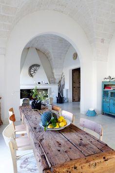 Saluti dalla Puglia con questa favolosa casa con elementi originali. Un'abitazione di famiglia, arredata con un mix di pezzi rustici. Diamo una sbirciatina?