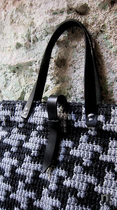 A classic 'pied-de-poule' pattern for this oversized tote, worked with worsted weight yarn and finished with stylish leather handles and closures.
