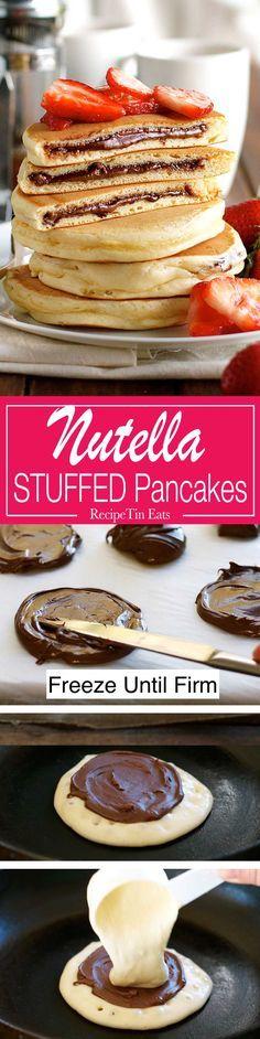 Deliciosas panquecas rellenas de nutella y rebozadas con fresas frescas en rodajas.