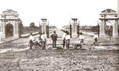 Foto de 1875. Plaza Italia, portones de Palermo. Estos abrían el comienzo de la av. Sarmiento.