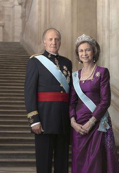 El rey (King) Juan Carlos I andla reina (Queen) Sofia, the current monarchs of Spain