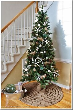 No-sew burlap tree skirt. Pretty easy to make and looks like a rustic Christmas bow!
