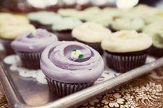 Cupcakes clásicos de chocolate con betún de vainilla en hermosos tonos pastel. #MagnoliaBakery #CupcakesClásicos #Postres
