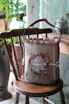 Handmade Handbags, Handmade Bags, Handmade Crafts, Handmade Bracelets, Lace Bag, Lavender Bags, Embroidery Bags, Newspaper Crafts, Brazilian Embroidery