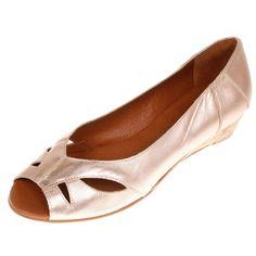 Dieses zeitlos elegante Modell Vero II von La Garconne offerieren wir in 6 klassischen Farben.Es ist sehr bequem und bietet dem Fuss einen guten Halt.Das Modell ist ganz aus Leder, es wird von einem kleinen Familienbetrieb in Spanien (Elche) hergestellt.  Er hat einen ca 3 cm hohen Absatz und trägt sich genau so chic zur Arbeit wie in der Freizeit. Elegant, Flats, Shoes, Fashion, Aphrodite, Sevilla Spain, Paragraph, Scale Model, Leather