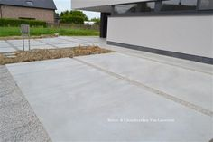 Oprit in beton Outside Living, Outdoor Living, Garage Beton, Driveway Materials, Small Backyard Design, Driveway Design, Garden Floor, Concrete Driveways, Entrance Ways