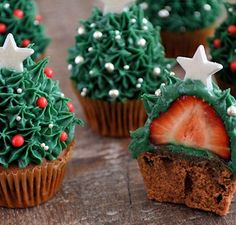 A clear how to make strawberry christmas tree cupcakes. - A clear how to make strawberry christmas tree cupcakes. Are nice on the table for dessert at the Ch - Christmas Tree Cupcakes, Christmas Cookies Gift, Christmas Snacks, Xmas Food, Christmas Cooking, Christmas Goodies, Christmas Time, Holiday Cakes, Holiday Baking