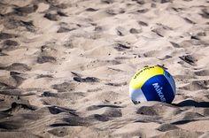 Ballon de beach-volley sur la plage.