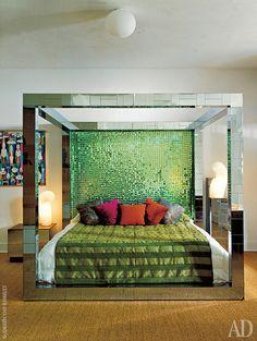 """Кровать по дизайну художника-металлиста Пола Эванса, который работал в 1970-х годах. """"Я первым стал покупать его работы. Сегодня они подорожали в разы"""", — говорит Линдеманн."""