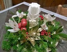 Centro tavola con orchidee bianche e candela avorio scolpita manualmente