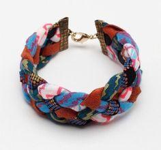 Réalisez un bracelet avec des morceaux de tissu et si vous êtes écolo/recyclo dans l'âme, utilisez donc des vieux t-shirts . DIY