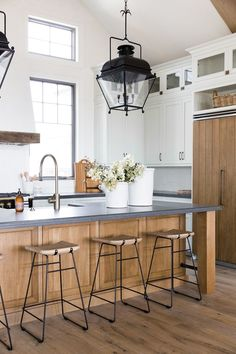 Choosing New Kitchen Countertops Interior Modern, Home Interior, Interior Design Kitchen, Antique Interior, Kitchen Designs, Modern Decor, Interior Architecture, Farmhouse Kitchen Decor, Home Decor Kitchen