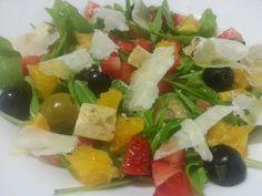 Amanida de rúcula amb olives, fruites i formatges