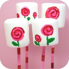 How to draw mod rose marshmallows and cookies for Valentine's Day with food writers. Marshmallow Flowers, Marshmallow Pops, Cake Decorating Tutorials, Cookie Decorating, Decorated Marshmallows, Making Sweets, Roses Valentines Day, Cake Topper Tutorial, Cupcake Cakes