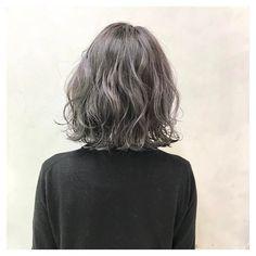 佐藤 浩一/ハイライト/グレージュさんはInstagramを利用しています:「スモーキーグレー✨ ブリーチ2回 春に向けて新しいスタイル相談しましょう #ヘアスタイル#ショートヘア#ボブ#グラデーションカラー#コーデ#コーディネート#ヘアアレンジ#グレージュ#ハイライト#アッシュ#ヘアカラー#ヘアアレンジ解説#外ハネ…」 Korean Wavy Hair, Short Wavy Hair, Medium Hair Styles, Curly Hair Styles, Vivid Hair Color, Shot Hair Styles, Hair Heaven, Permed Hairstyles, Crazy Hair