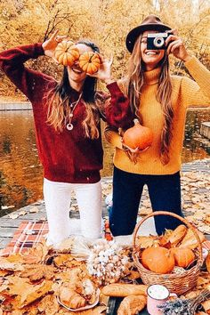 Pumpkins in many cases are lovely round, brilliant lemon, and in fall they mustn't be lacking especially on Halloween. Photos Bff, Friend Photos, Fall Photos, Fall Pics, Fall Friends, Cute Friends, Pumpkin Patch Photography, Pumpkin Patch Pictures, Costume Ideas
