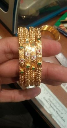 Plain Gold Bangles, Gold Bangles Design, Gold Jewellery Design, Designer Bangles, Gold Jewelry Simple, Gold Rings Jewelry, Hand Jewelry, India Jewelry, Jewelry Stand