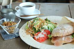 沖縄市の人気のカフェ「Roguii」が 朝営業を始まりました。  メニューは自家製の天然酵母パンの サンドイッチや、グラノーラなど。