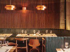 Restaurante com parede de madeira  Light fitting
