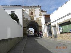 Arco de entrada a la plaza de Alcántara.