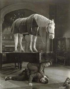 Piano modelo FAUVEL. Recuerda que los caballos no son importantes, aunque el piano lleve ruedas.