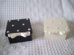 Caixa mdf pintada e decorada com perolas, <br>laço chanel duplo e perola. <br>Outras cores.