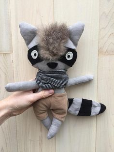 Gaston and Marion raccoon our raccoon from Quebec! This cute raccoon plush is unique and is made entirely by hand from a pattern that we developed our own. The face is embroidered by hand with cotton thread. The fabric used to make the plush is grey or beige 100% linen pale Kingdom that has been prewashed. Garments are made in most cases, in a cotton fabric, and can easily be removed as they are not sewn on the plush. Because we love giving a second life to the fabric and because we love…