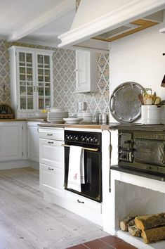 Like the old stove in the modern kitchen. Swedish house in Gotland Swedish Kitchen, Country Kitchen, New Kitchen, Kitchen Decor, Cozy Kitchen, Awesome Kitchen, Sweden House, Scandinavian Home, Beautiful Kitchens