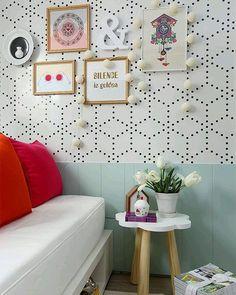 ▫Mais uma composição de quadros e combinação de cores pra amar ❤ Night night... 💤▫{pic via pinterest}  #cdaquartos #night #bedroom #bedroomdecor #bedtime #walldecor #wallcompose #blogcasadasamigas