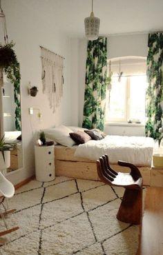 Drewniane meble oraz zielone zasłony wprowadzają do pokoju nocnego naturalny klimat. W sypialni warto także zwrócić...