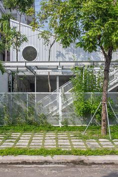 Screens of metal mesh allow plants to climb up the walls of this steel-framed school in Ha Long City by Vietnamese studio HGAA. Montessori, Vietnam, Green Architecture, Entrance Gates, Modern Exterior, Pergola, Preschool, Outdoor Structures, Public
