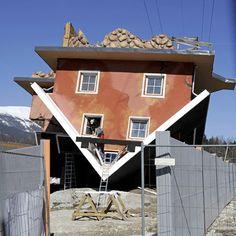 Terfens, Tyrol. Zwei Polen bauen in dem Tiroler Ort ein Haus, das auf dem Kopf steht. Die komplett verkehrte Welt soll eine touristische Attraktion werden.