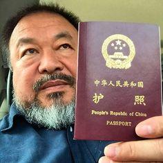 """O artista dissidente chinês Ai Weiwei teve seu passaporte devolvido na quarta-feira depois de quatro anos.  Ai publicou uma fotografia na quarta-feira de si mesmo segurando um passaporte chinês vermelho on-line, com as palavras: """"Hoje, eu recebi um passaporte.""""  PEQUIM (AFP) .- A polícia entregou ao artista dissidente chinês Ai Weiwei volta seu passaporte na quarta-feira quatro anos depois de ter sido confiscado, disse à AFP, saudando o passo com um emoticon sorridente."""