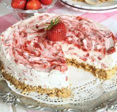 Fryst jordgubbscheesecake Baking Recipes, Cake Recipes, Dessert Recipes, Desserts, Bagan, Mousse, Cake Bites, Vegan Ice Cream, Swedish Recipes