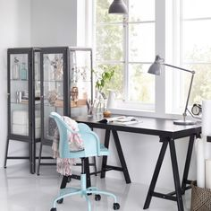 Highlight creativity with dark contrasts like this home office with TORNLIDEN desk in black, dark gray FABRIKÖR glass cabinet and a ROBERGET swivel chair in light blue.