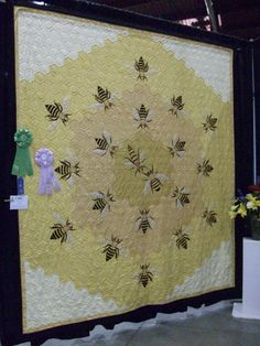 Hope Johnson quilt from Vermont Quilt Festival June Love the bees Quilt Festival, Quilting Projects, Sewing Projects, Quilting Ideas, I Love Bees, Bee Art, Hexagon Quilt, Bee Crafts, Bee Happy