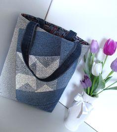 ORIGINÁL-taška+Taška+kterou+nebude+mít+nikto+jiný+jenom+vy.Velmi+originální+ekologická+dámská+taška+na+nákup,+šitá+ze+100+%+bavllny+a+džínoviny,použita+kvalitní+výztuha+která+krásně+drží+tvar+tašky.+Barva-šedá,bílá+a+modrá+džínovina+různých+odstínů.+Použita+technika-+patchwork+(sešívání+kousků+látek),+sandwichova+technika+(3+vrstvy-vrchní+vrstva+100%...