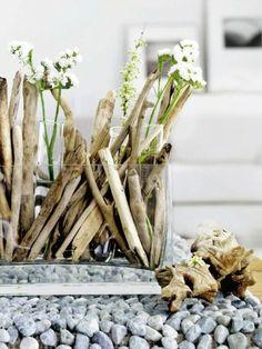 deko treibholz stöcke und weiße blumen in glas - Wunderbare Treibholz Deko, die auch praktisch sein kann – 45 verblüffende Ideen